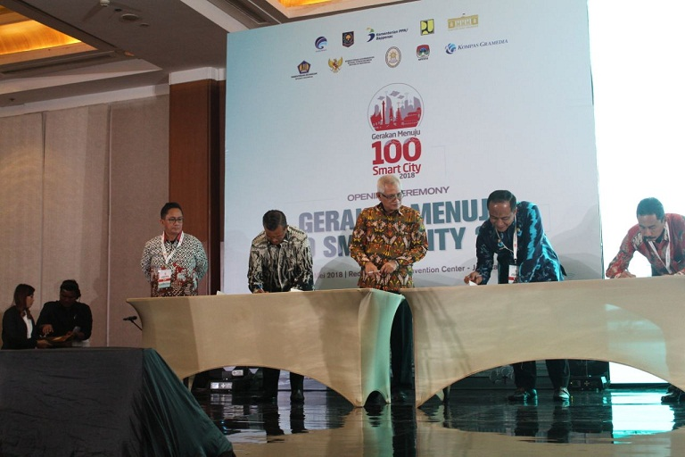 Photo of Bupati Solok Tandatangani Nota Kesepahaman Program 100 Smart City