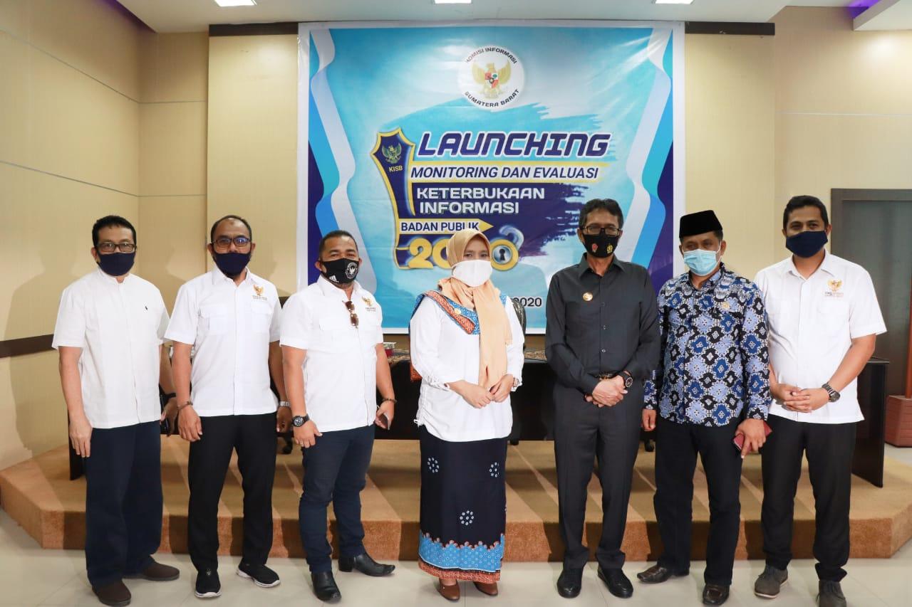 Komisioner KI Sumbar bersama Gubernur Sumbar Irwan Prayitno dan Wakil Ketua Komisi 1 DPRD Sumbar Evi Yandri